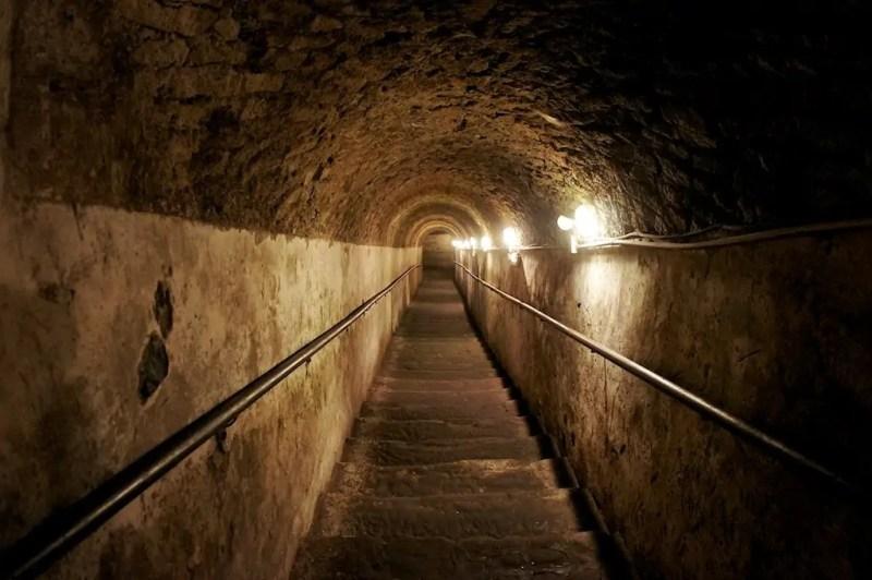 Lungo i cunicoli della Napoli sotterranea