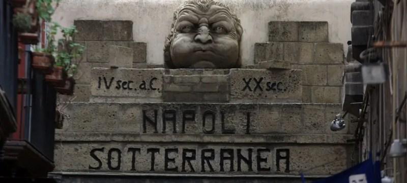 Il mascherone all'ingresso della Napoli Sotterranea