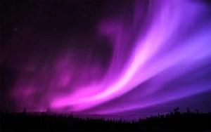 Un'aurora boreale viola in antartide
