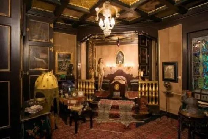 La camera da letto di D'Annunzio. Il letto assomiglia a una culla e a una bara allo stesso tempo.