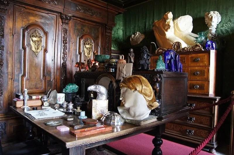 Lo studio personale di D'Annunzio al Vittoriale ricco di soprammobili e oggetti