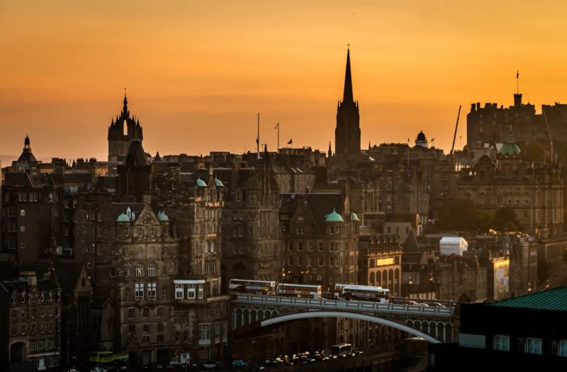 Ponte di North Bridge a Edimburgo al tramonto