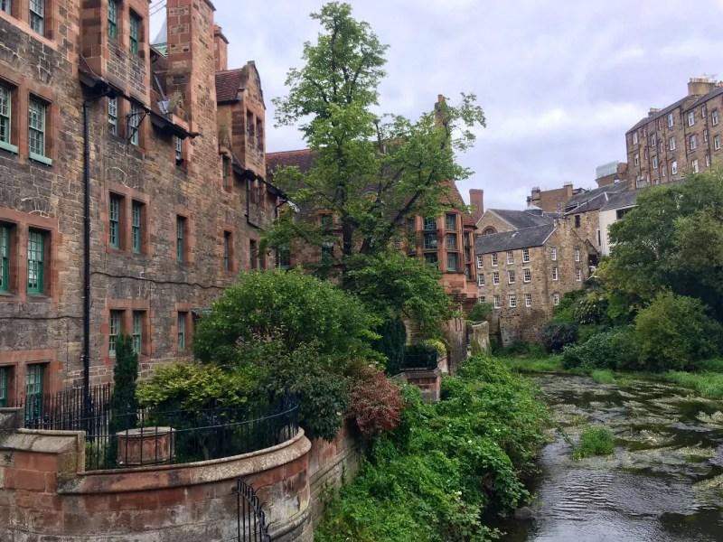 Case al Dean Village lungo il fiume