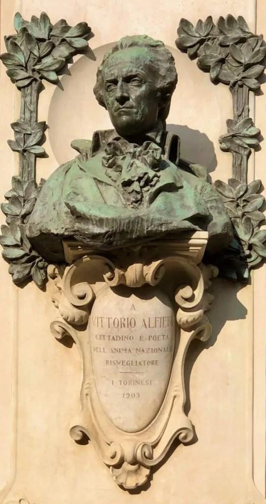 Il Busto di Vittorio Alfieri posto all'ingresso del Teatro Carignano
