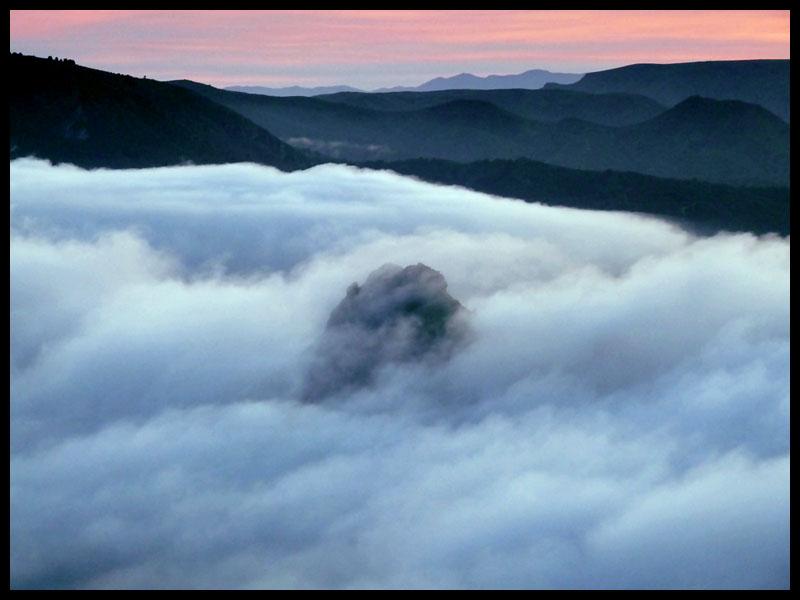 El Puntal del Moco, un islote en un mar de nubes