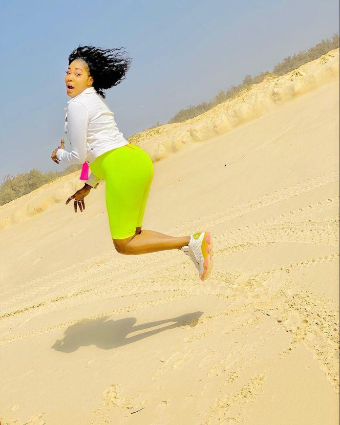 (07 Photos) - Vêtue d'une tenue très aguicheuse, Ya Awa met en valeur ses rondeurs