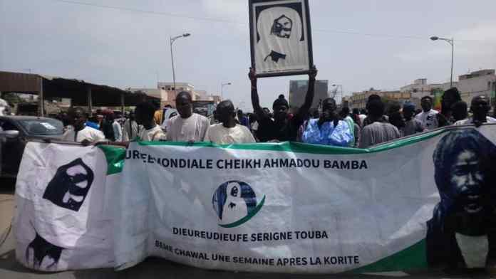 - Un groupe de personnes debout devant une foule - Cheikh Anta Diop University