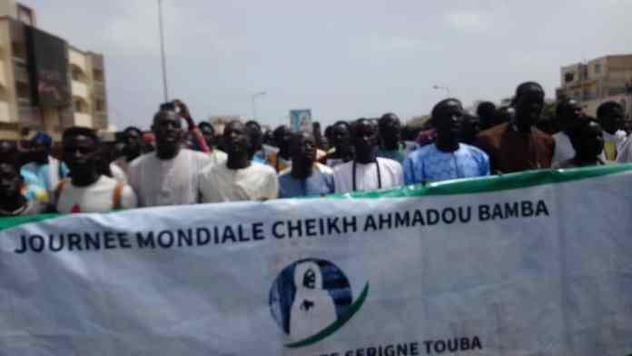 - Un groupe de personnes devant une foule - Protestation