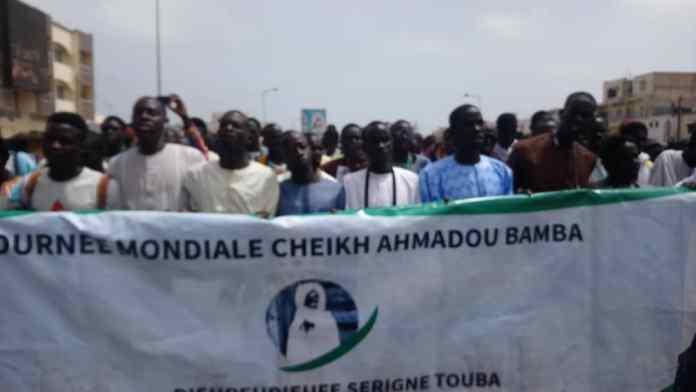 - Un groupe de personnes debout devant une foule - Dakarmidi