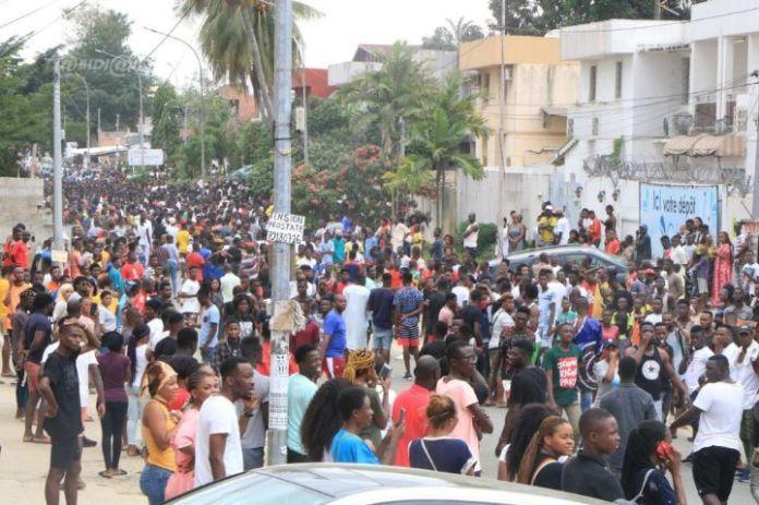 rip13 - Décès de Arafat Dj : Mobilisation de ses fans devant l'hôpital (Photos)