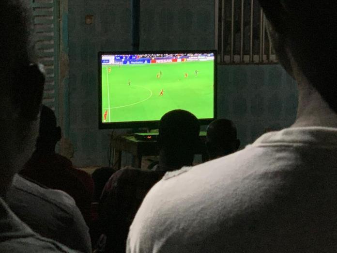2 - Kédougou : Aly Ngouille Ndiaye suit Salzbourg/Liverpool dans la rue (photo)