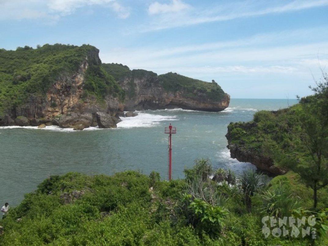 Pantai Gesing Gunungkidul dilihat dari atas tebing