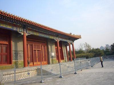 本殿の基壇自体も高い