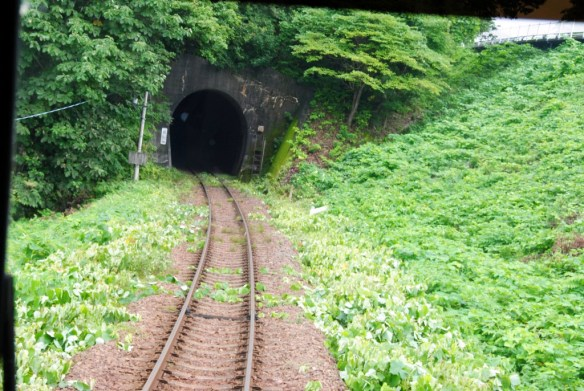 故郷編 袖ヶ浜駅 アイドルになりたーい!とか、私に会いたければ、みんなが北三陸に来れば良いんダー!と、ユイちゃんが叫んでいたトンネル。