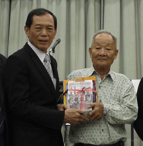 証言した鄭 来さん(右)と翁清玉さん(マレーシア中華大会堂・第二次大戦歴史研究会主席)