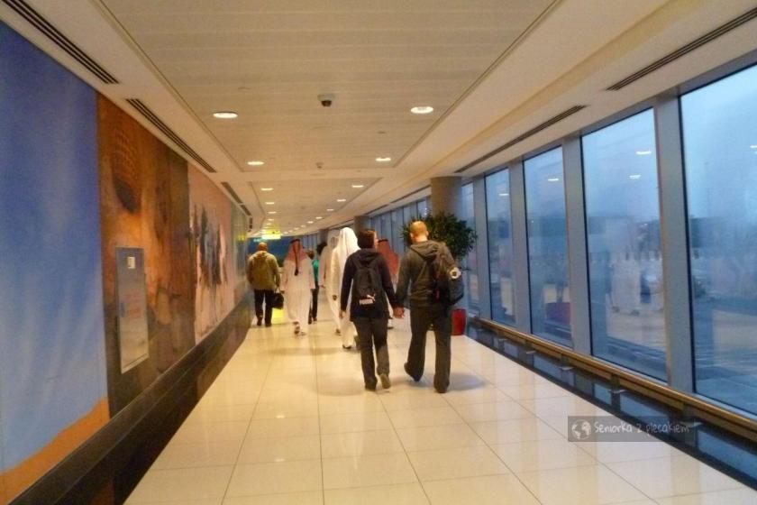 Korytarze z ruchomymi chodnikami na lotnisku w Abu Dhabi w ZEA