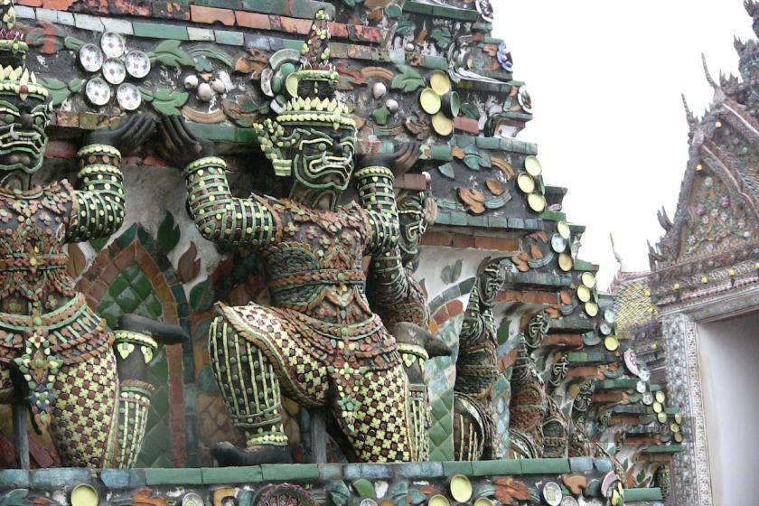 Ceramiczne zdobienia w Świątyni Świtu w Bangkoku