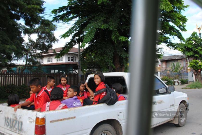 Dzieci w miejscowości Ajutthaja w Tajlandii