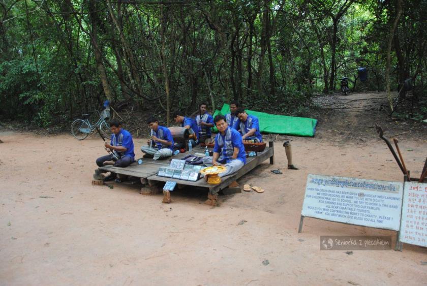 Grupa muzyków w komplekssie Angkor