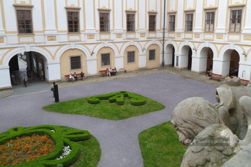 Widok z tarasu na dziedziniec pałacu w Kromeriż