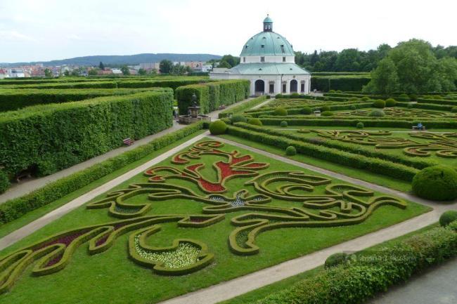 widok na rotundę w Ogrodzie Kwiatowym w Kromieryż