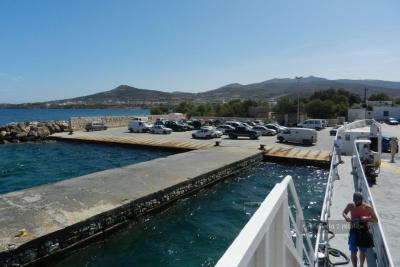 Przystań w Pounda skąd odpływają promy na Antyparos