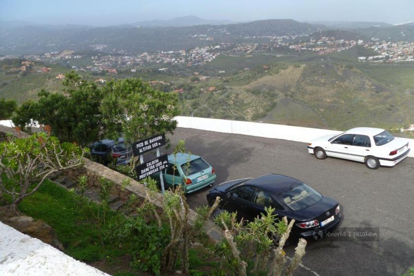 Widok z Pico Bandama i mały parking na szczycie