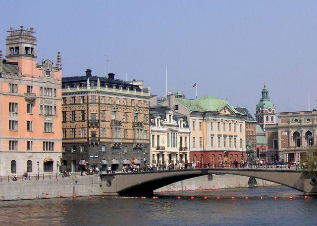 1024px-Riksbron_20062006 med (fr.v.) Rosenbad, Adelswärdska huset, Sagerska huset, Arvfurstens palats samt Operan