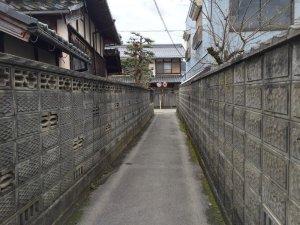 石田町の集落の狭い道