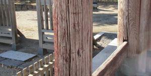 弾痕、矢創といわれる門柱の痕跡