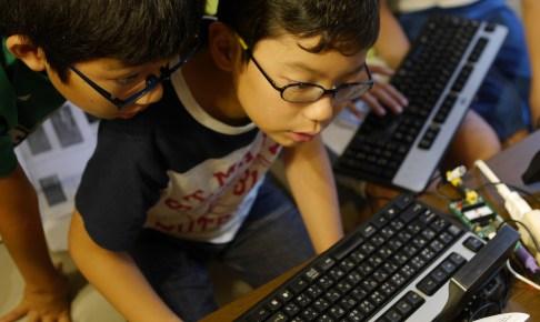 プログラミングを教える子供