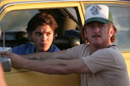 """Sean Penn (rechts) führt als Regisseur Emile Hirsch in """"Into the Wild"""" (c) Monopole Pathé Schweiz"""
