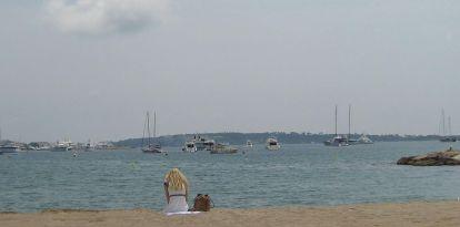 Mädchen am Strand von Cannes (c) sennhauser