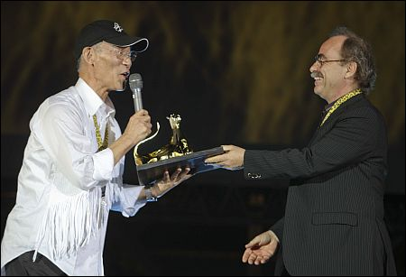 Yoshiyuki Tomino bekommt von Maurizio Nichetti den Ehrenleopard überreicht