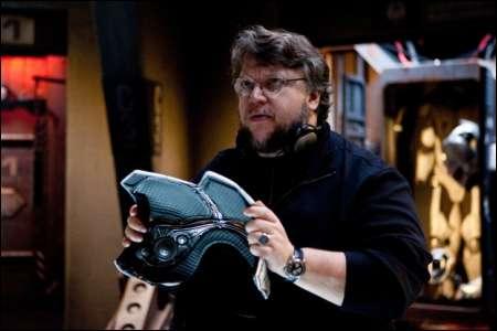 Guillermo del Toro mit einem Stück 'Pacific Rim' © 2013 Warner Bros