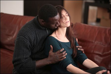 Omar Sy und Charlotte Gainsbourg in 'Samba' © Frenetic