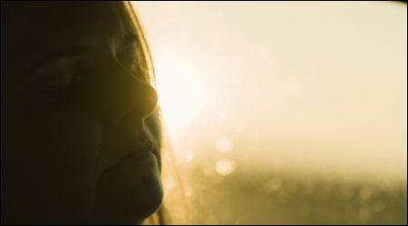 Gabi Kovanda (Ulrike Beimpold) erleuchtet in 'Superwelt' © Thimfilm Petro Domenigg