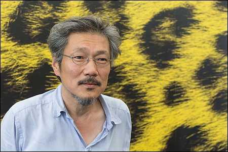 Der Südkoreaner Hong Sang-soo hat für seinen Doppelfilm 'Right now, Wrong Then' den goldenen Leoparden 2015 gewonnen