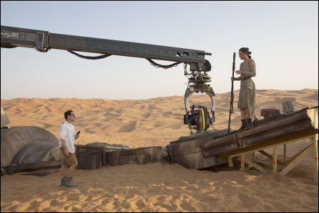 Director J.J. Abrams mit Daisy Ridley (Rey) beim Dreh © Lucasfilm 2015