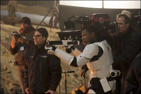 Director J.J. Abrams mit John Boyega (Finn) © Lucasfilm 2015