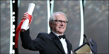 Ken Loach mit seinem Palmenzertifikat für 'I, Daniel Blake'