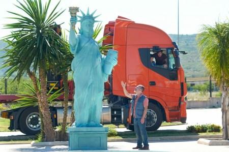 Miss Small Liberty wird abtransportiert nach Düsseldorf in 'El Olivo' © filmcoopi