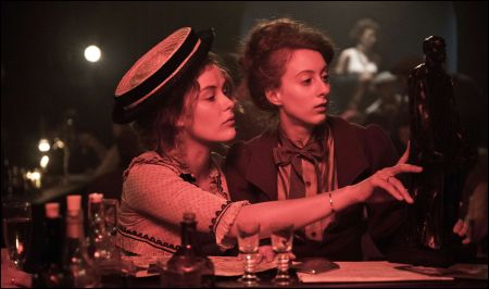 Paula Modersohn-Becker (Carla Juri) und Clara Rilke-Westhoff (Roxane Duran) in Paris © filmcoopi
