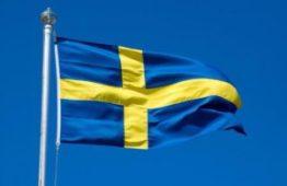 Svenska flaggan vajar gul och blå