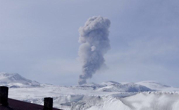 Курильский вулкан Эбеко выбросил пепел на 2 км