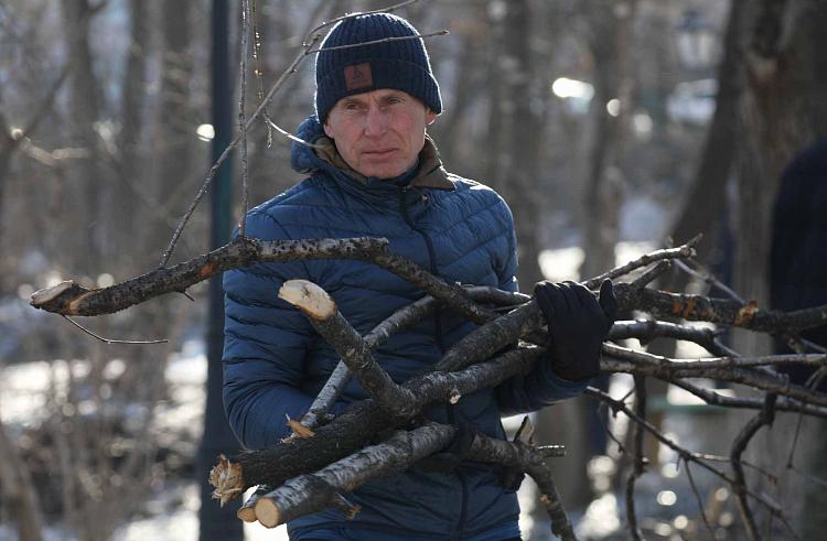 Глава Приморья Олег Кожемяко вместе с жителями собрал ветки на субботнике