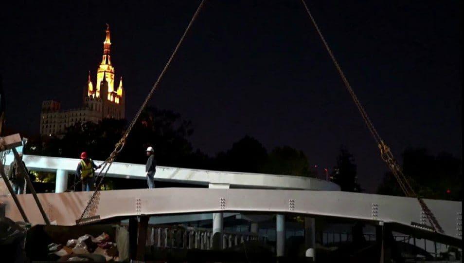 В Московском зоопарке закончили монтаж части моста
