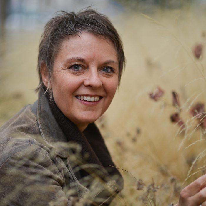 photo FL dans les herbes manteau sourire