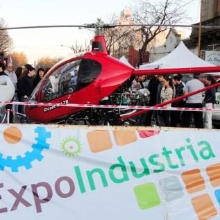 Banner y helicóptero en la entrada
