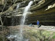 Padri a riposo dietro la cascata dell'Abbraccio